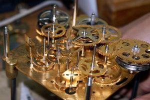 Klok reparatie - het uurwerk krijgt een onderhoudsbeurt